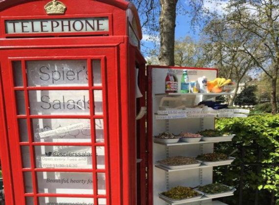 Une pause déjeuner dans une cabine téléphonique