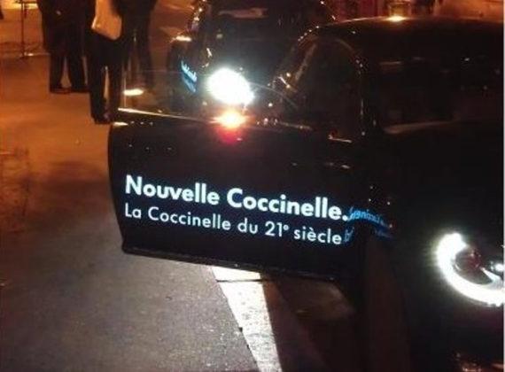Des voitures illuminées sur les Champs Elysées